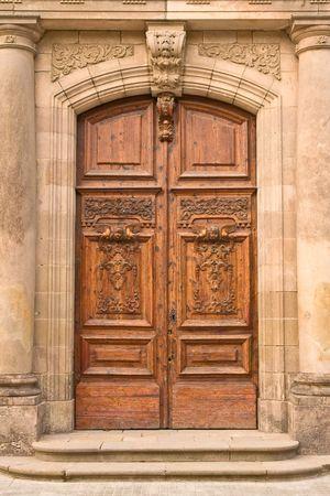 door bolt: de cerca de una antigua puerta de madera