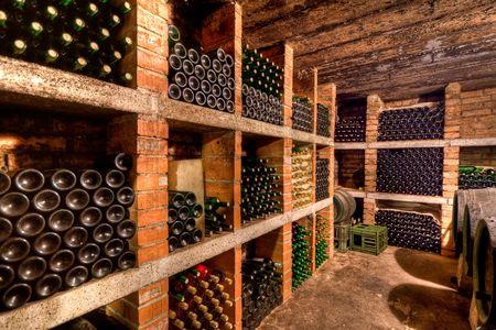 cave: empil�es les bouteilles de vin dans la cave Banque d'images