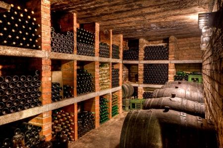 cave: empil�es des bouteilles de vin dans la cave.