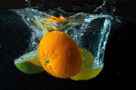 Obst plantschen im Wasser Standard-Bild - 8962750