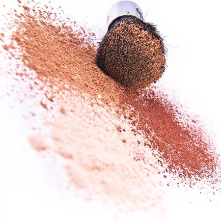 polvos: pinceles de maquillaje y aislado en polvo
