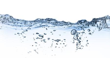 les projections d'eau avec des bulles tournés sur fond blanc