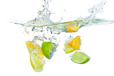 splash sinas: citrusvruchten spatten geïsoleerd op witte achtergrond