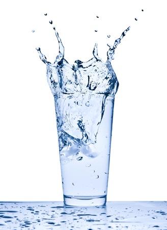 Wasser plantschen aus Glas isolated on white background Standard-Bild - 9576568