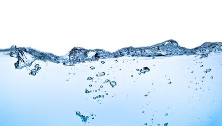 Spritzwasser mit Blasen auf weißem Hintergrund erschossen
