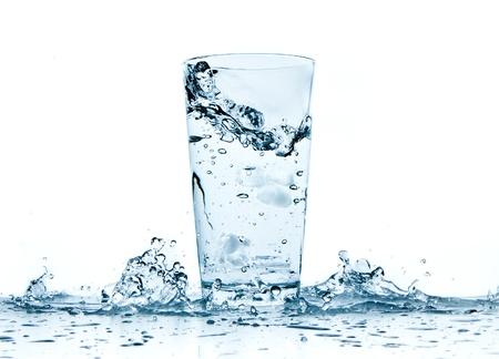 vaso con agua: salpicaduras de agua de vidrio aislado sobre fondo blanco