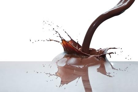 spatten van chocolade geà ¯ soleerd op witte achtergrond