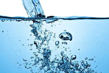 coule: Gros plan de bulles dans l'eau bleue