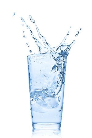 acqua che spruzza dal vetro isolato su sfondo bianco Archivio Fotografico