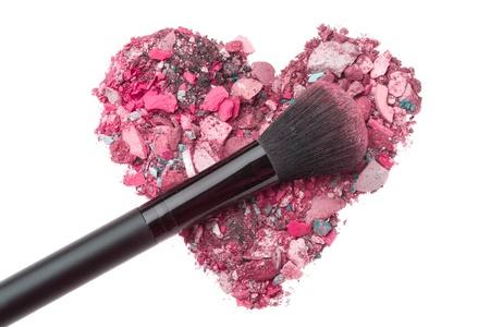 productos de belleza: sombras de ojos en forma de corazón aplastado con el cepillo
