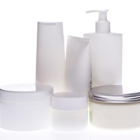 productos de belleza: conjunto de botellas de cosm�ticos aisladas sobre fondo blanco