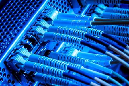 fibre optique: les c�bles de fibres optiques reli�es au moyeu Banque d'images