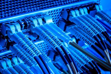 fibra óptica: Los cables de fibra óptica conectada al cubo