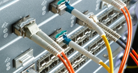 fibre optique: les c�bles de fibres optiques reli�es au centre de donn�es Banque d'images