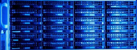 하부 구조: 하드 드라이브가 데이터 센터 스톡 사진