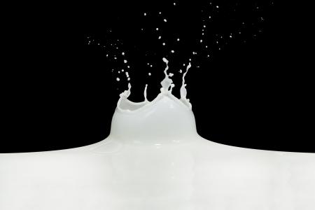 siyah arka plan üzerinde izole sıçramasına süt Stock Photo