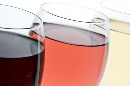 wei?wein: drei Gl�ser mit Wei�-, Ros�-und Rotwein