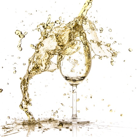 coupe de champagne: �claboussures de vin blanc isol� sur blanc