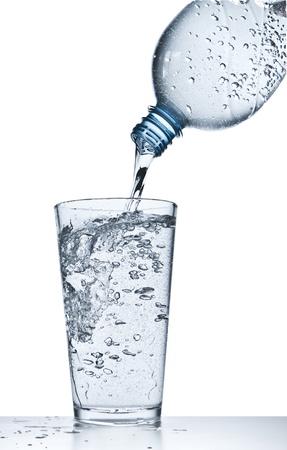 Wasser gießt in Glas auf weißem Hintergrund Standard-Bild - 18178429