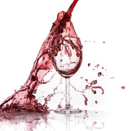 kadeh kırmızı şarap dökme, beyaz izole