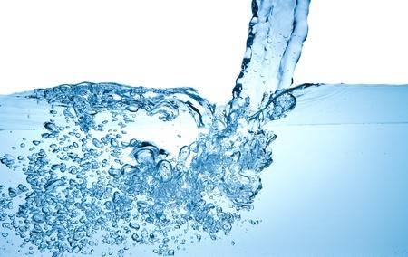 coule: Gros plan de bulles dans l'eau isol� sur fond blanc
