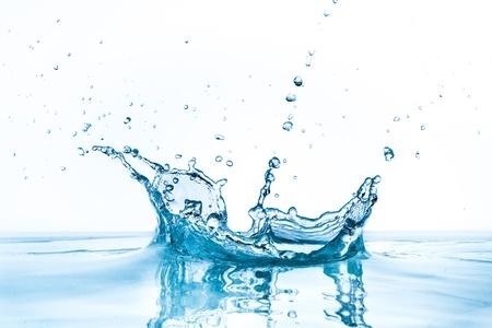 白い背景に分離された水のしぶき