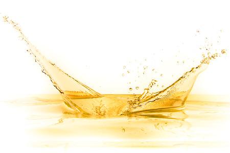 liquido: splash de jugo de naranja aislada sobre fondo blanco