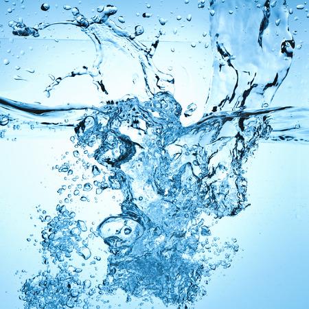 gota: Primer plano de burbujas en el agua azul