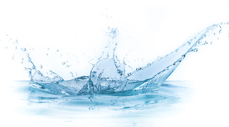 water splash: salpicaduras de agua aisladas sobre fondo blanco