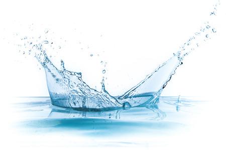 agua: salpicaduras de agua aisladas sobre fondo blanco