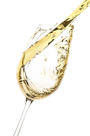 splash de vino blanco aislado en blanco