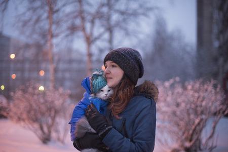 冬の猫と歩いている少女 写真素材