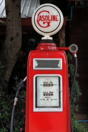 petrochemistry: Estaci�n de combustible antiguo en la ruta n � 12 de Tailandia Foto de archivo