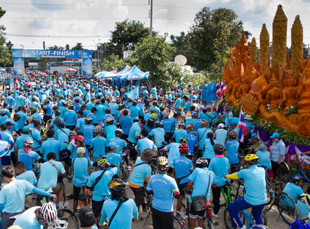 congruence: UBONRATCHATANI  AUGUST 16 : Unidentified Cyclist in prepared Bike for mom, event show respected to Queen of Thailand on August 16, 2015, Ubonrachtani, Thailand. record to Guinness Book of World Records. Editorial