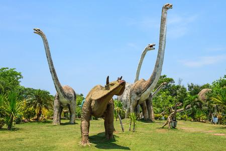Phuwiangosouraus Sirindhornae a été découvert en Thaïlande depuis l'année 1982 est un dinosaure au long cou vécu dans le crétacé quand il y a 130 millions d'années. Banque d'images - 44810523