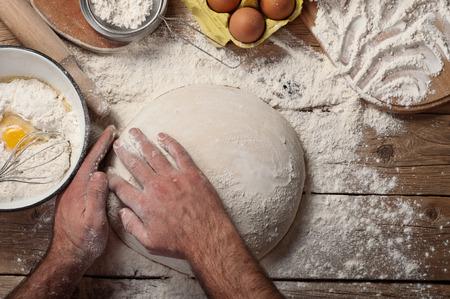 haciendo pan: panadero macho prepara el pan. Vista superior.