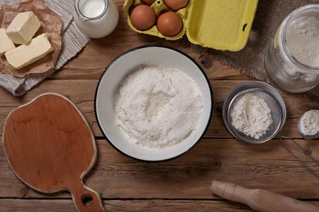 leche: Productos para la preparaci�n de la masa de los productos de panader�a. Vista superior con espacio de copia