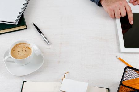 articulos de oficina: Capítulo con artículos de oficina en un lugar de trabajo ligero.