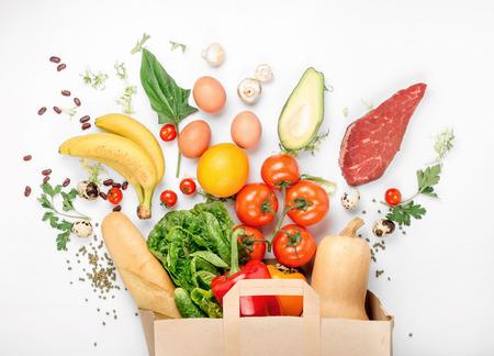 白い背景の上に別の健康食品のペーパー バッグです。平面図です。フラットを置く