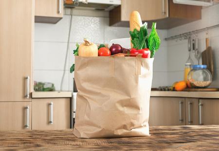 台所の木製テーブルで健康食品の完全な用紙袋