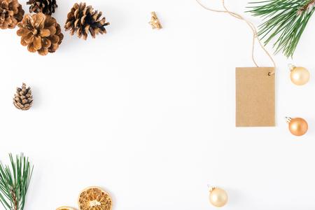 Cadre de l'étiquette de prix et de décorations sur fond blanc. Vue de dessus de fond de Noël. Plat poser Banque d'images