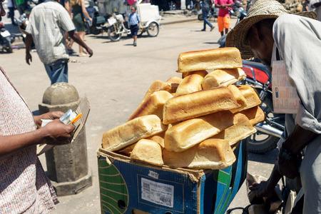 돌 마, 탄자니아, 잔지바르에서에서 현지 시장에 빵의 힙 스톡 콘텐츠