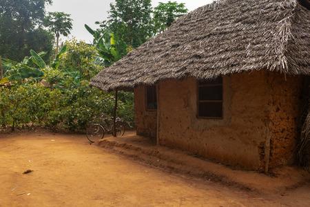 Maison africaine d'argile dans un village local