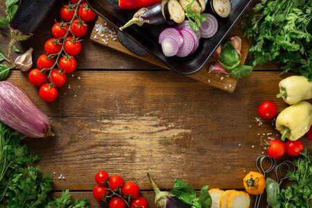 Frame van groenten voor het koken op een grillpan op een houten bovenaanzicht Stockfoto