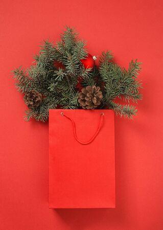 Kerst rode boodschappentas met decoratie op rode achtergrond bovenaanzicht