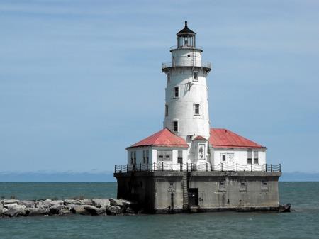 lake michigan lighthouse: El hist�rico Faro del puerto de Chicago en el primer plano Foto de archivo