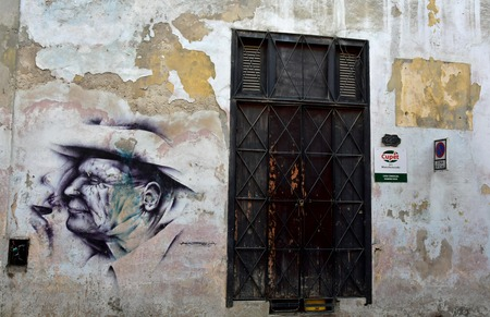 Beautiful graffiti art created by Nasca with a portrait of an old man on a worn-down wall next to old in Havana, Cuba. The difference between the old and the art makes the photo so special. 報道画像