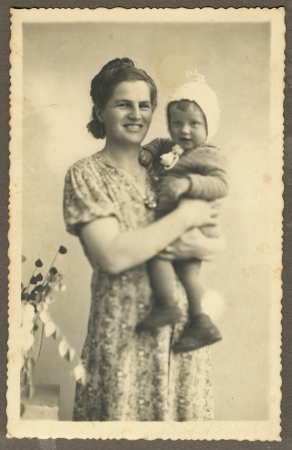 mother and her child - circa 1940 Foto de archivo