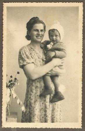 mother and her child - circa 1940 Standard-Bild