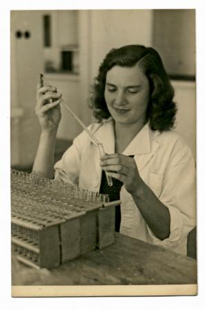 Donna nel laboratorio lavora con pipetta - circa 1955 Archivio Fotografico - 24301077